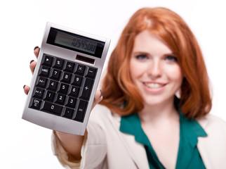 junge geschäftsfrau lächelnd mit taschenrechner isoliert