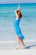 junge attraktive frau im sommer am strand