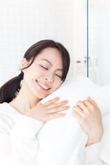 タオルに触れる女性