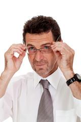 erwachsener geschäftsmann mit hemd und brille isoliert