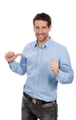 Mann zeigt mit beiden Daumen auf sich selbst