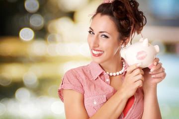 lachende Frau mit Sparschwein