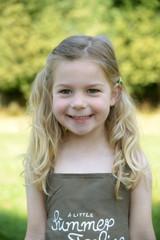 Außenaufnahme eines lächelnden Mädchens