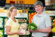 hausfrau wird im biomarkt beraten