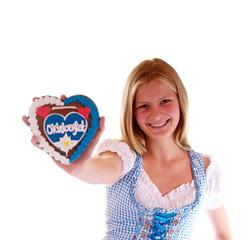 Mädchen im Dirndl mit Oktoberfest Herz