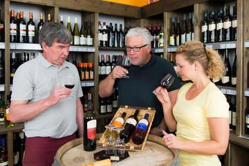 bioweinhändler berät seine kunden