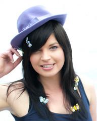 Lustige Frau mit violettem Hut