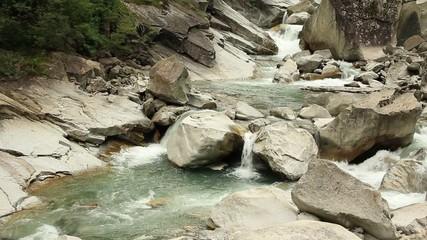 Wilder Flusslauf Andermatt Schweiz