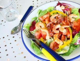 assiette de crudités aux crevettes