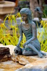 Sitzende Brunnenfigur mit Krug