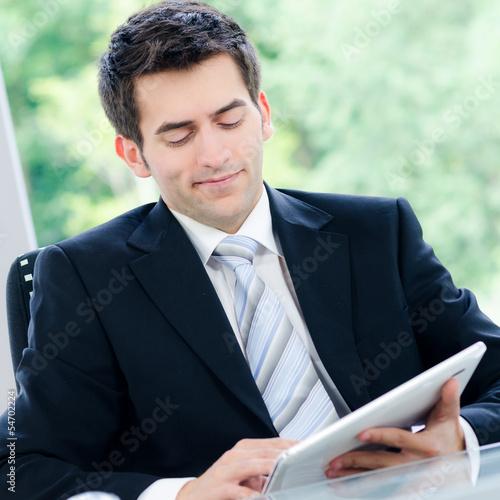 junger mann mit tablet