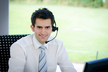 lächelnder callcenter mitarbeiter