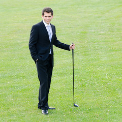 junger businessmann mit golfschläger