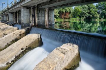 Centrale elettrica con diga e chiuse sul fiume