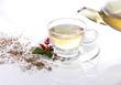 Eingießen von weißem Tee mit Dekoration