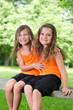 Zwei unzertrennliche Feundinnen auf Parkbank