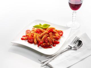Fusilli Pasta mit frischen Tomaten, Basilikum und Rotwein