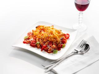 mit Käse überbackene Fusilli mit Tomaten, Basilikum und Rotwein