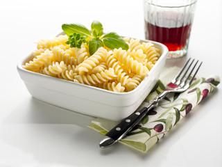 frische Fusilli Pasta mit Basilikum und Glas Rotwein