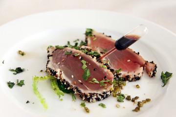 leicht angebratener thunfisch mit algen