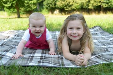 Lachende Schwestern liegen im Park