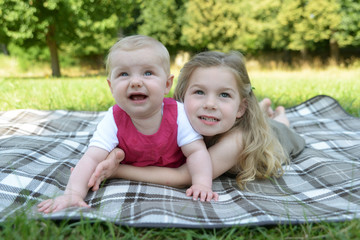 Lächelnde Schwestern