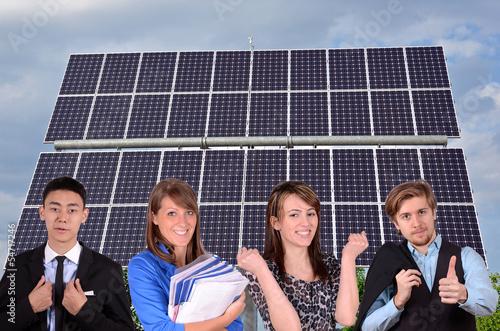 junges team vor solaranlage