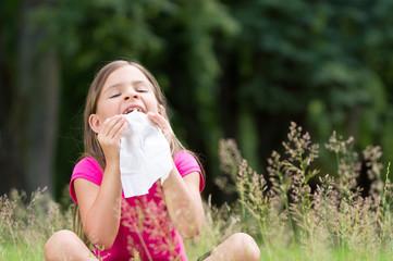 Allergie geplagtes Mädchen auf der Wiese