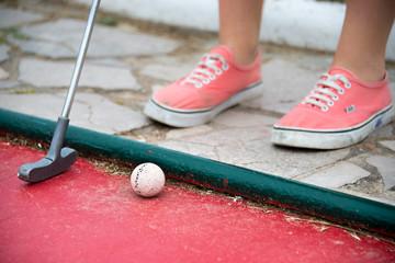 Jaune fille jouant au mini golf