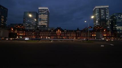 リニューアルされた東京駅の夜景 インターバル撮影(日没、空が暗くなってビルの明かりが変化していくシーン)