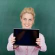 studentin zeigt tablet-bildschirm
