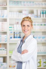 portrait lächelnde apothekerin mit verschränkten armen