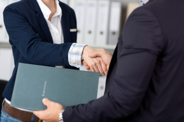 handschlag im bewerbungsgespräch