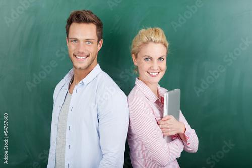 studenten mit laptop vor einer tafel