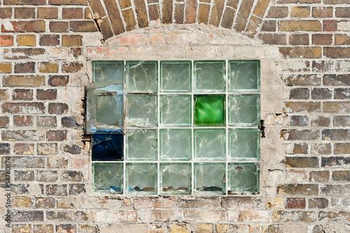 altes fenster aus glasbausteinen in einer ziegelmauer von fefufoto lizenzfreies foto 54760874. Black Bedroom Furniture Sets. Home Design Ideas