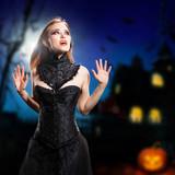 Vampirin vor Halloweenhaus