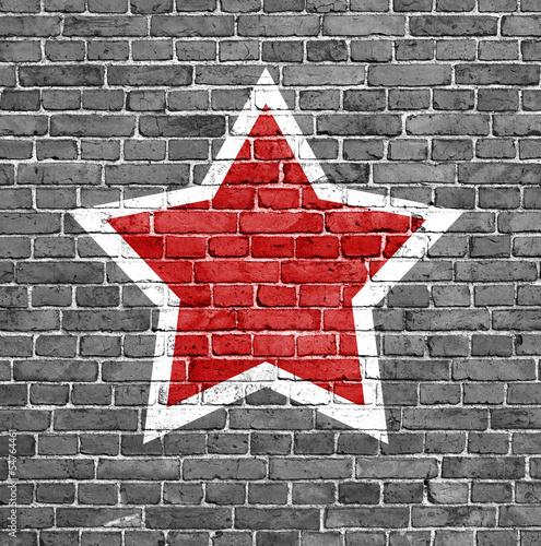 czerwona-gwiazda-na-tle-ceglanego-muru