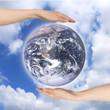 両手で支える地球