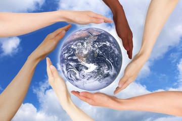 地球を包む多様な人種の手