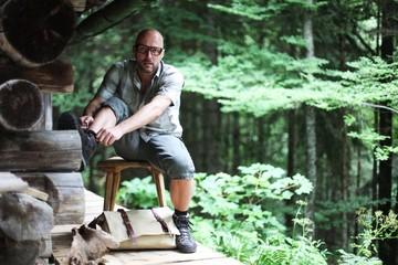 junger Mann auf einer Holzbank