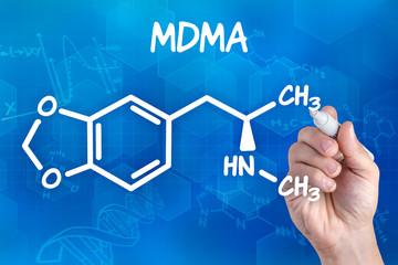 Hand zeichnet chemische Strukturformel von MDMA