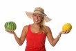 Blonde Frau zeigt verschiedene Melonen