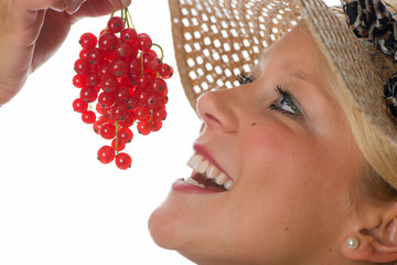Blonde Frau isst Johannisbeeren