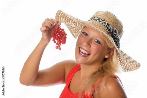 Blonde Frau mit Johannisbeeren
