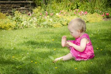 Kleines Mädchen entdeckt ihren Fuß