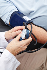 Blutdruckmessung am Arm
