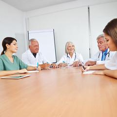 Ärzte bei Weiterbildung im Team