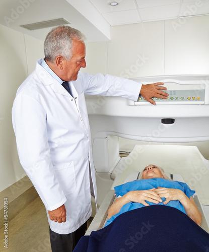 Arzt und Patient bei Magnetresonanztomographie