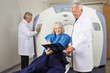 Patientin vor MRT in der Radiologie