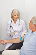 Ärztin nimmt Senior Blut ab
